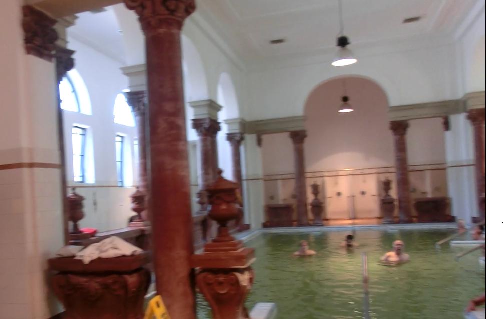 ブダペスト「セーチェーニ温泉」のウォーターエアロビクス
