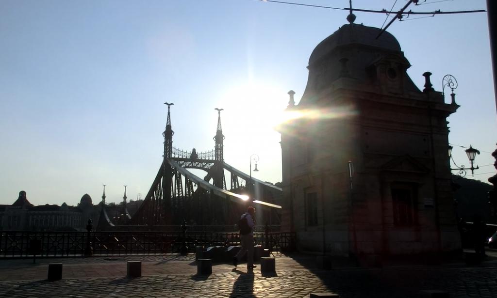 ブダペスト中央市場に行く手前にある自由橋