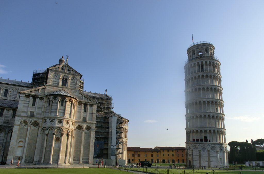 見る場所によって傾き加減が違うピサの斜塔