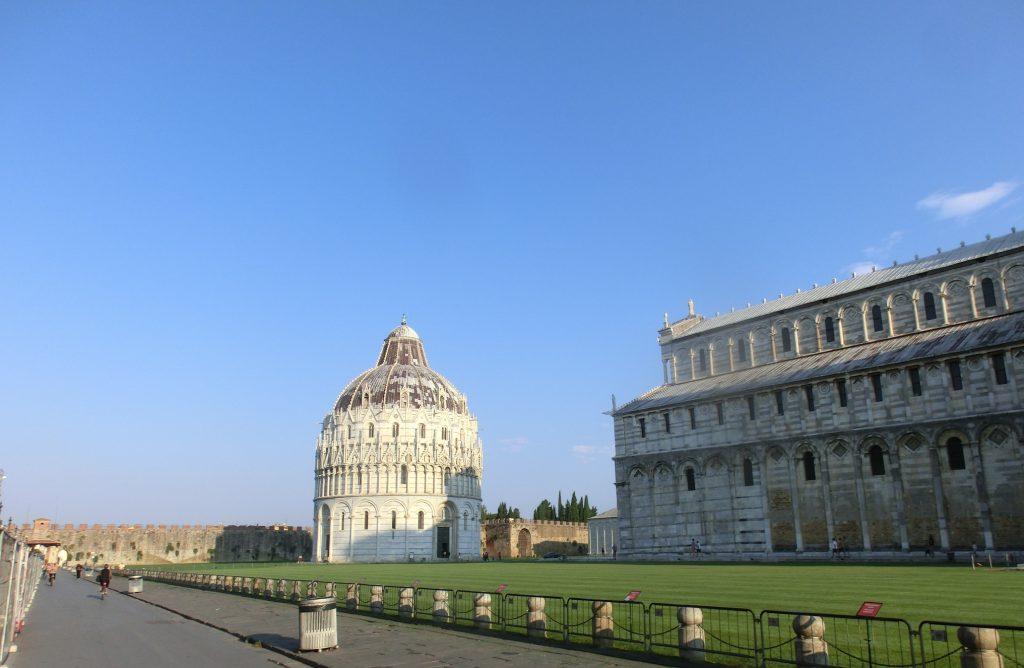 ピサの斜塔の隣にある洗礼堂(バッティステロ)