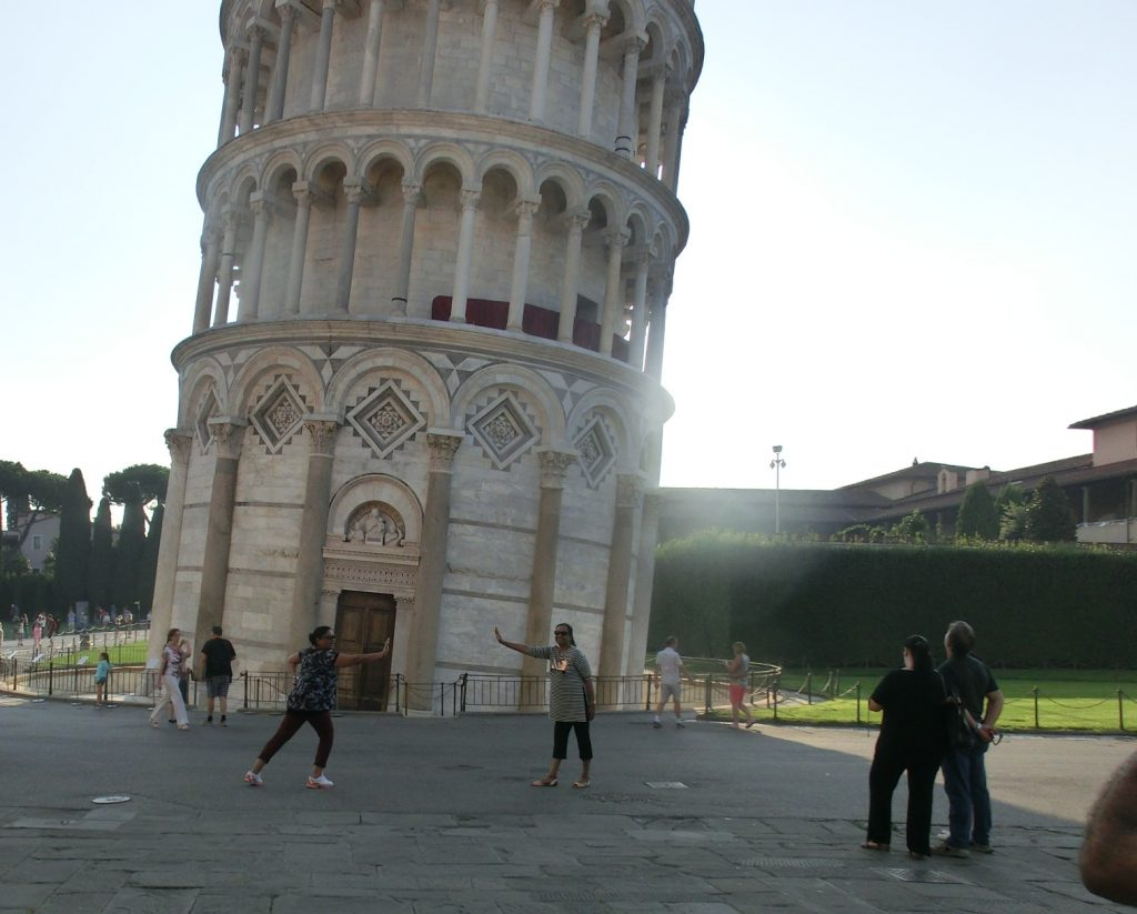 観光客がやりたがるピサの斜塔を支えてる写真