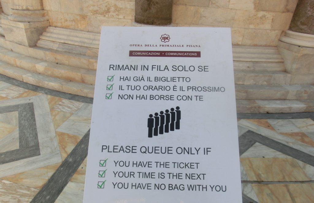 ピサの斜塔の注意書きの看板