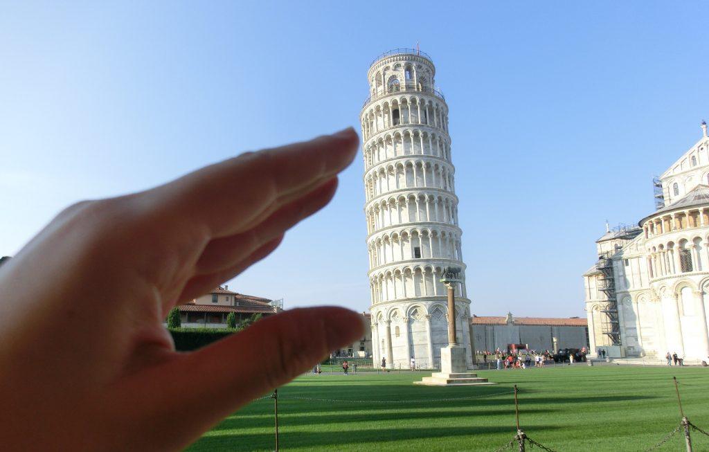ピサの斜塔を一人旅してる時に撮る支えてる写真