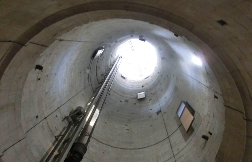 下から見上げたピサの斜塔の内部