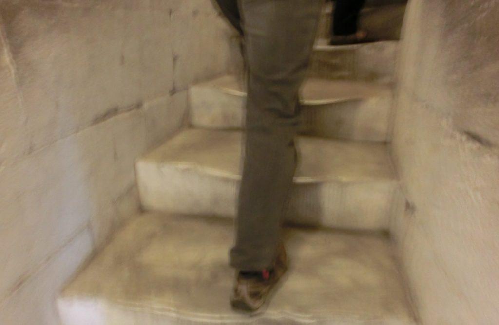 滑りやすくて危ないピサの斜塔の階段