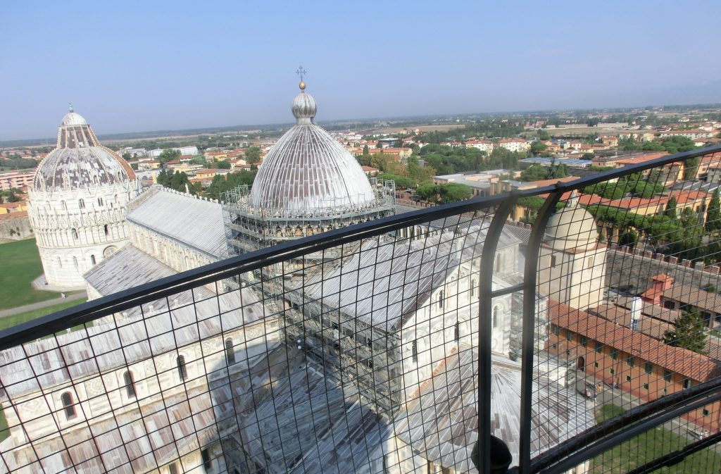 ピサの斜塔のてっぺんから見下ろす聖堂と洗礼堂