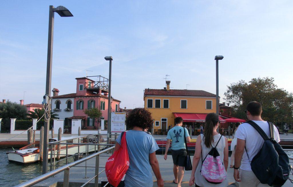 ヴァポレットでブラーノ島に到着