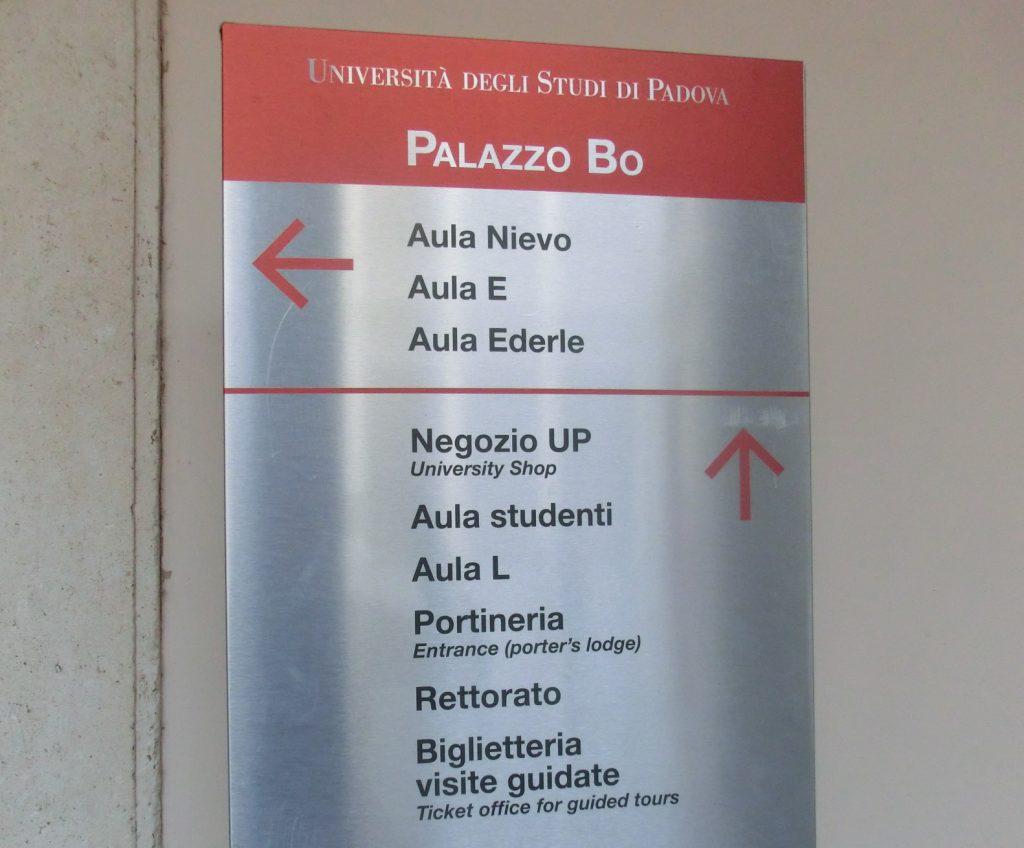 パドヴァ大学の入り口の看板