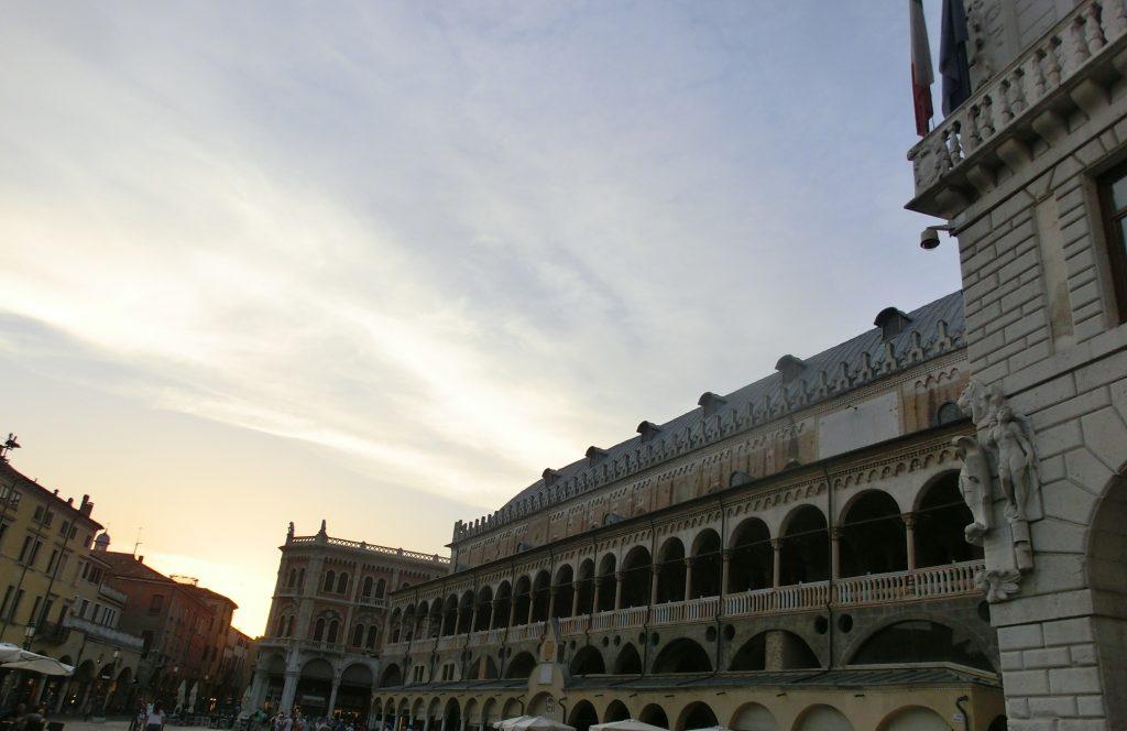 パドヴァ大学に近い「エルベ広場」の夕焼け