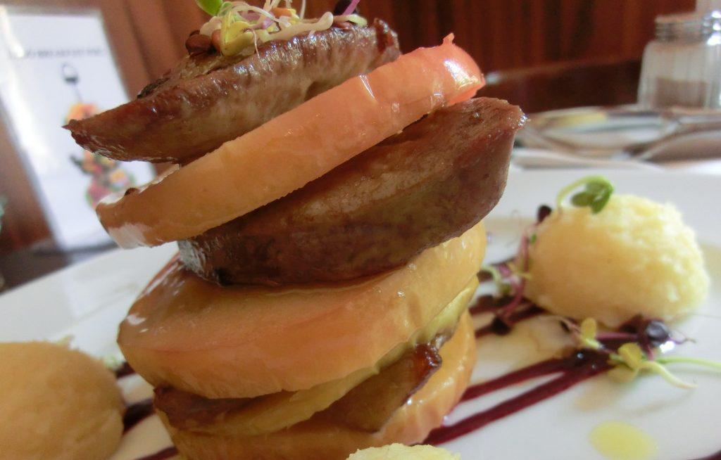 ハンガリーのレストランのリンゴが挟まったフォアグラ