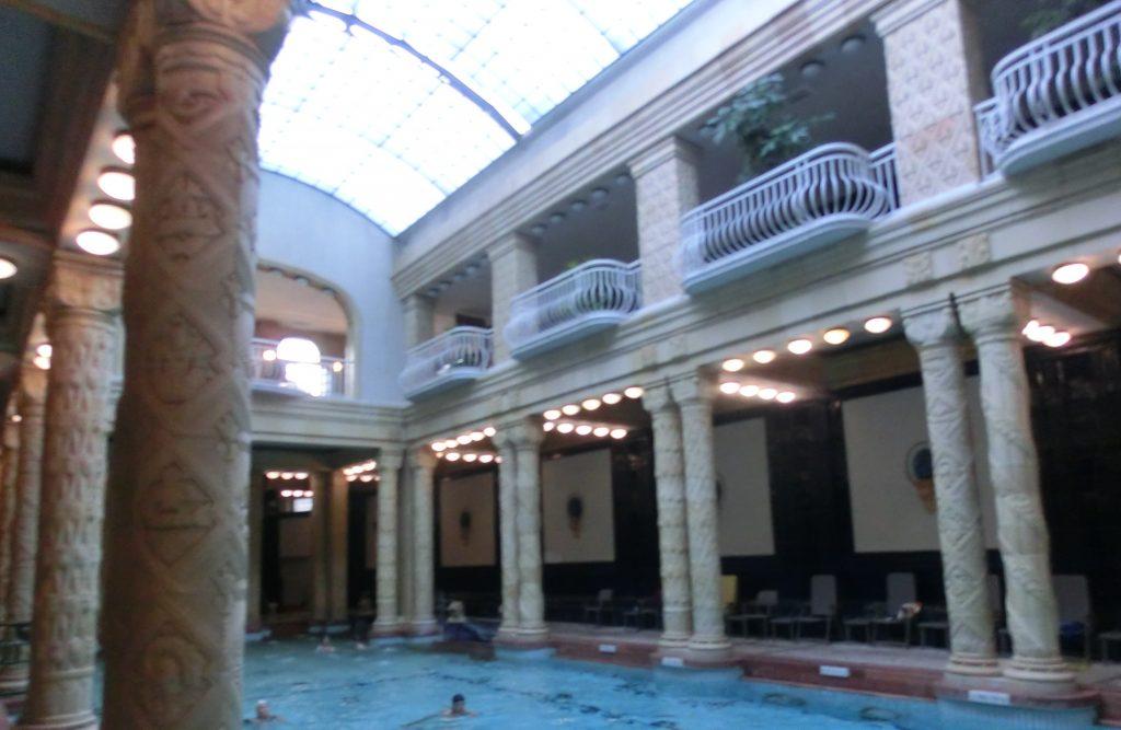 ブダペストのゲッレールト温泉の屋内温泉
