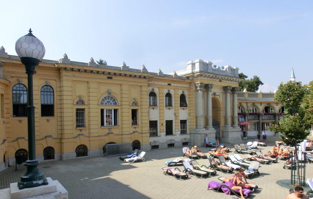 ブダペストのセーチェーニ温泉で日焼けする