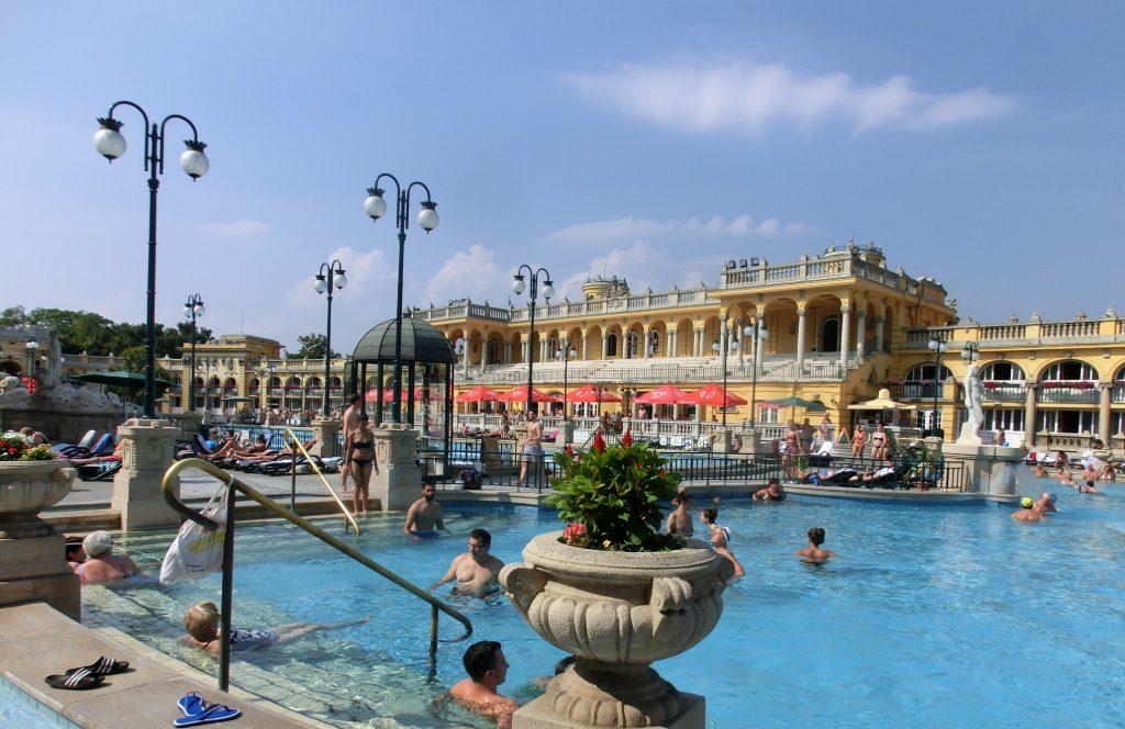 ブダペストの人気観光スポット「セーチェーニ温泉」の風景