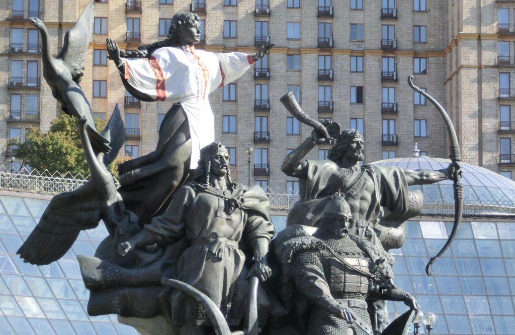 キエフの観光「キエフの独立広場」の銅像