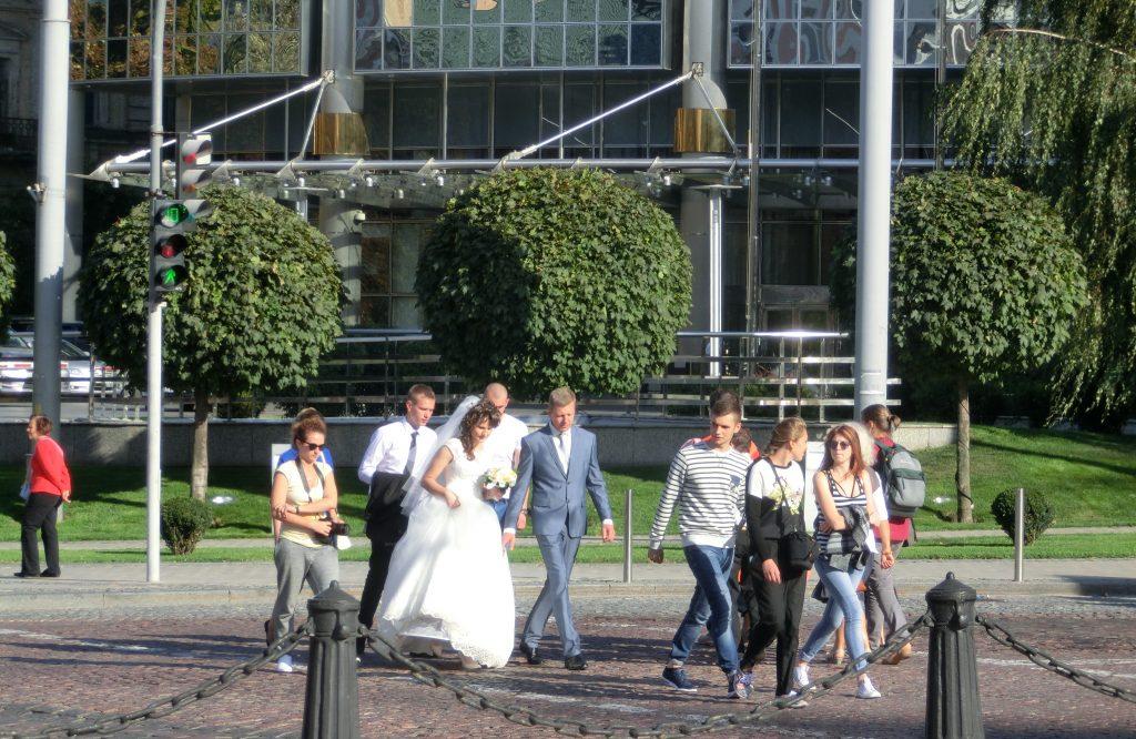 キエフの街中でウエディングフォトを撮る花嫁と花婿