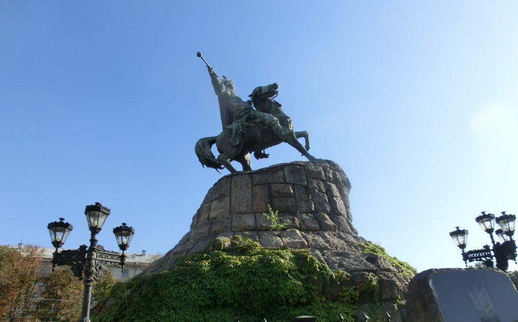 エグい角度で馬に乗るキエフの街中の銅像