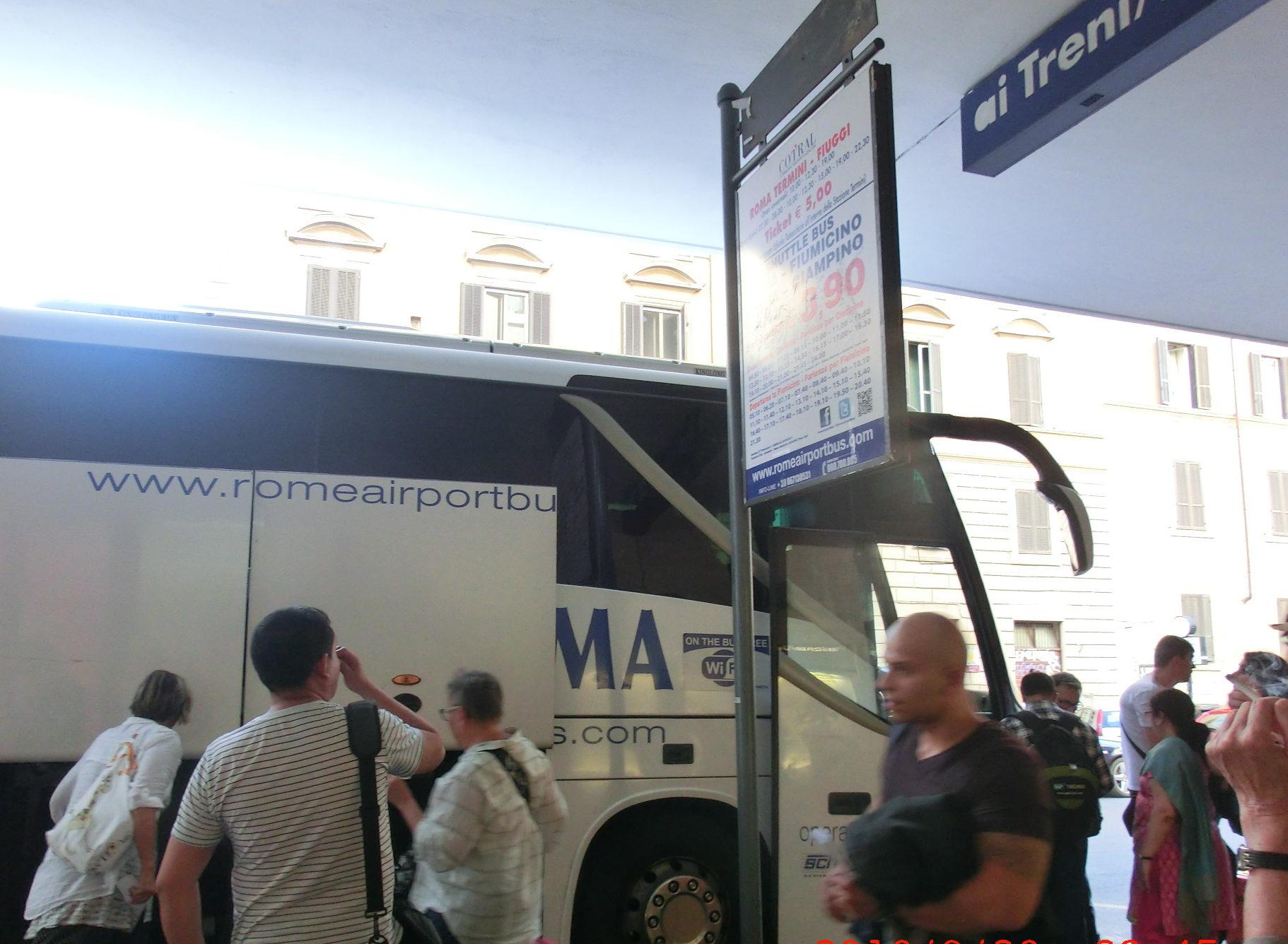 ローマのテルミニ駅からフィウミチーノ空港に行くシャトルバス