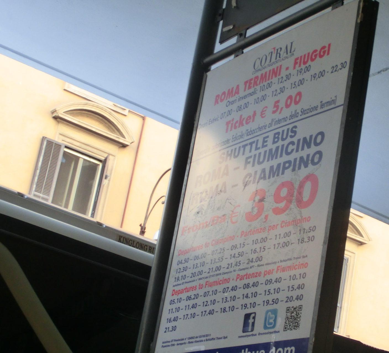 テルミニ駅からフィウミチーノ空港に行くシャトルバスの看板