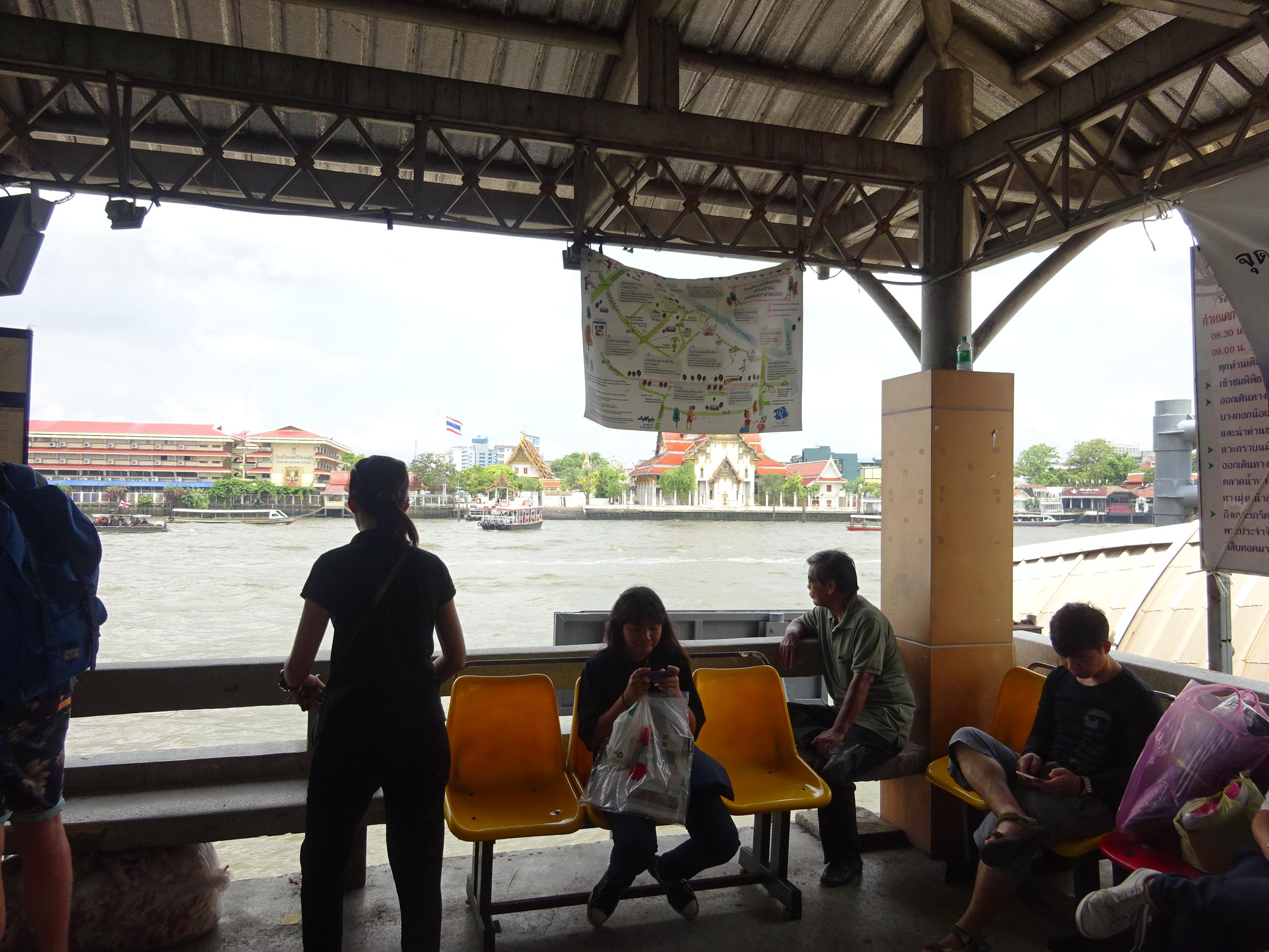 バンコクの水上バス乗り場の風景