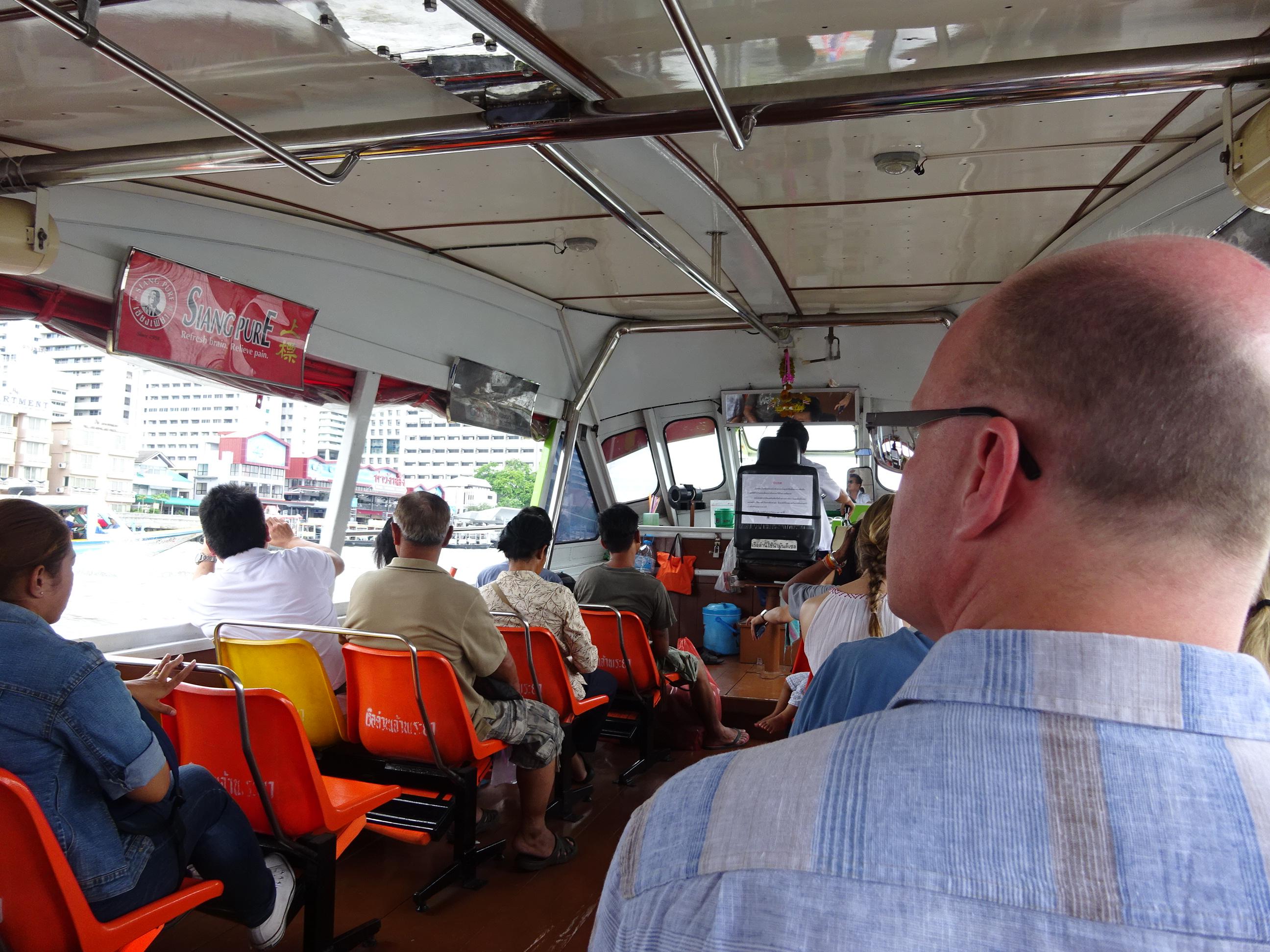 バンコクの水上バスの船内の様子