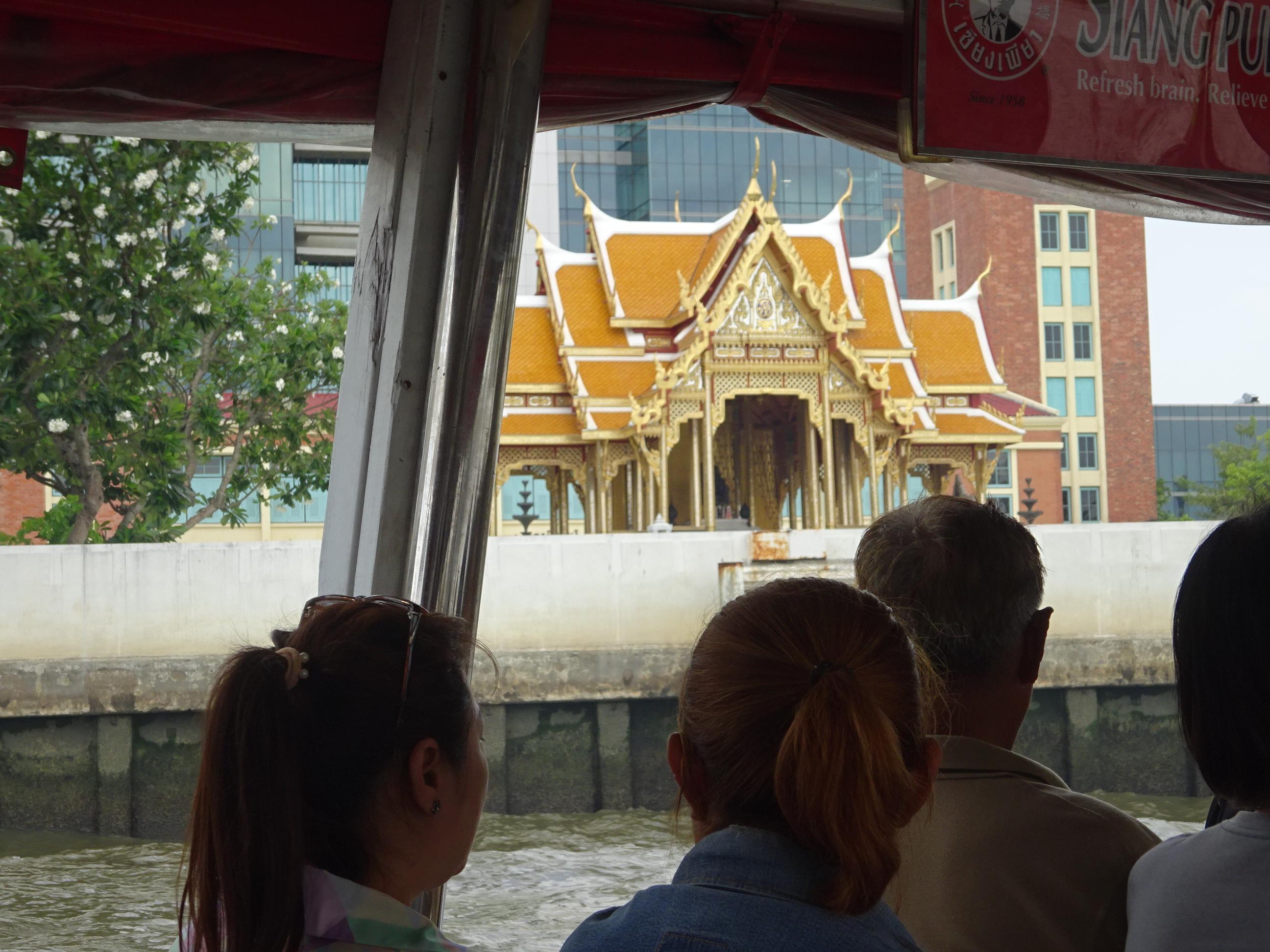 バンコクの水上バスからのお寺の眺め