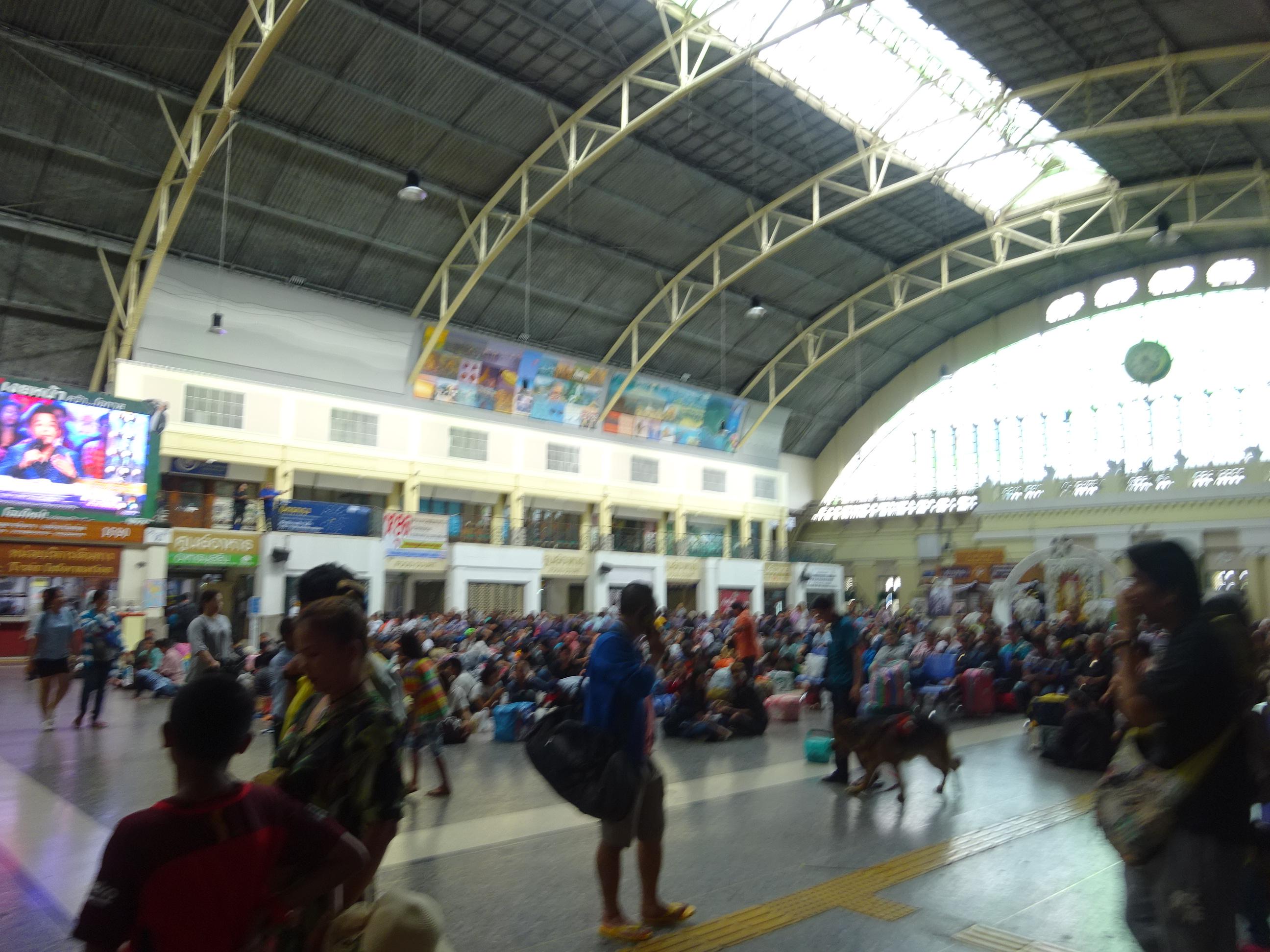 バンコクからラオス行きのチケットを予約するフアランポーン駅
