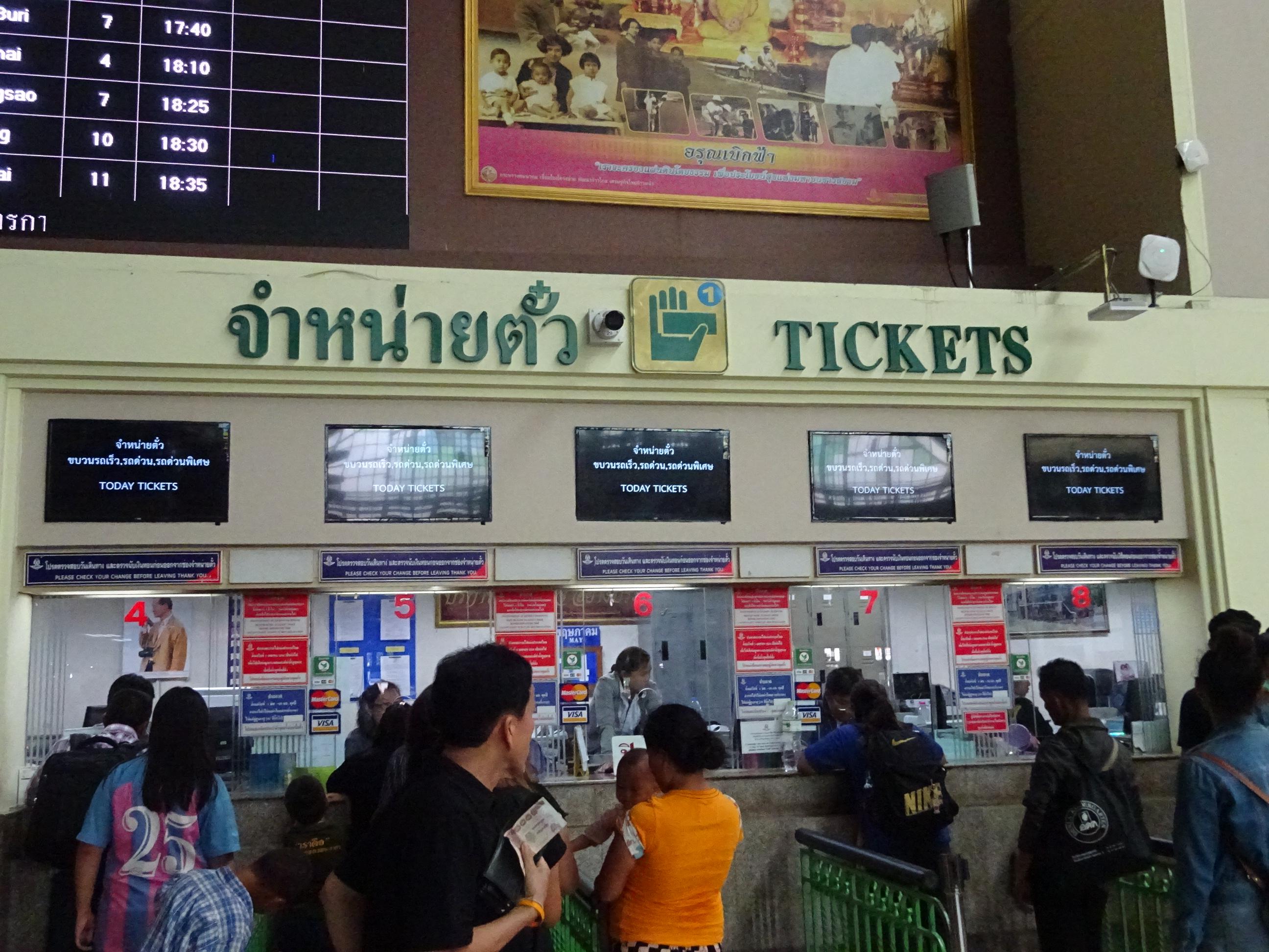 バンコクからラオス行きのチケットを買うために列に並ぶ