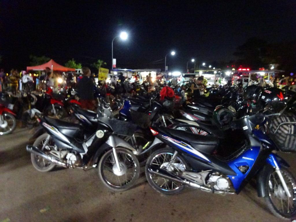 バイクがいっぱいのビエンチャンのナイトマーケット