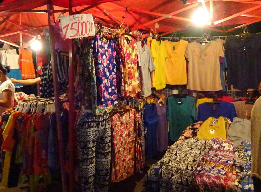 ビエンチャンのナイトマーケットのパンツとシャツ