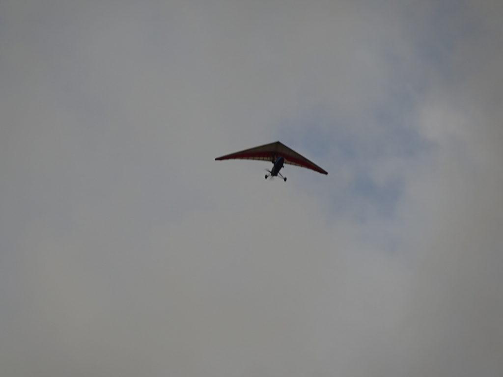 バンビエンの空を飛ぶ電動式ハンググライダー