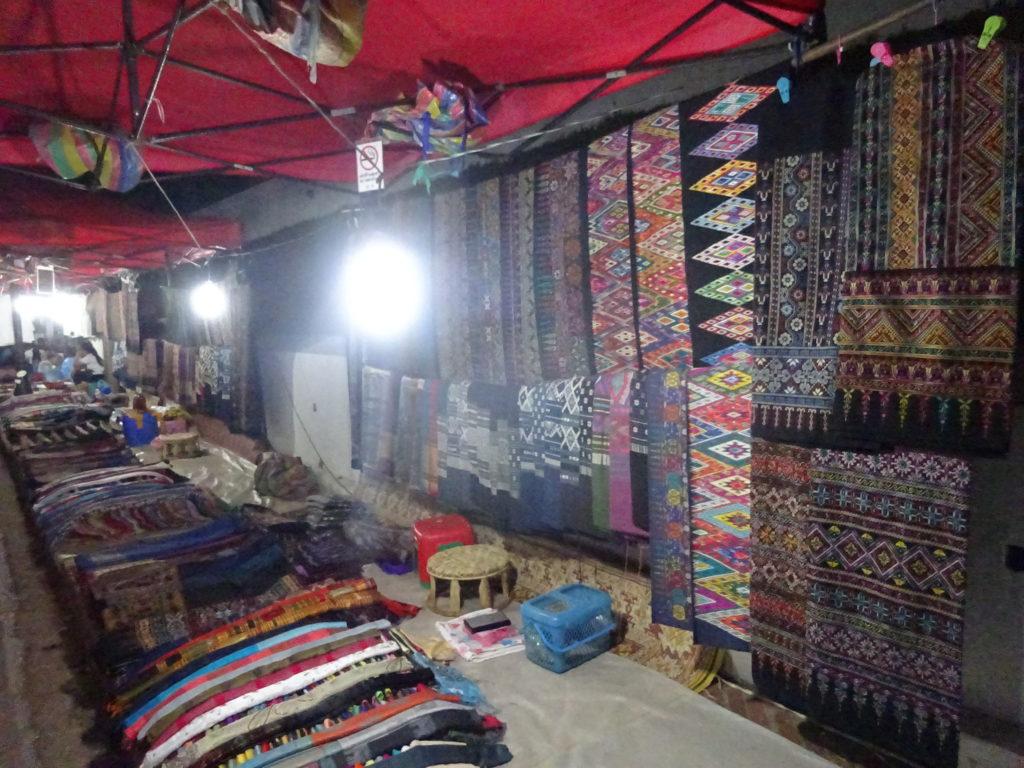 ルアンパバーンの「ナイトマーケット」のキレイな布を売るお店