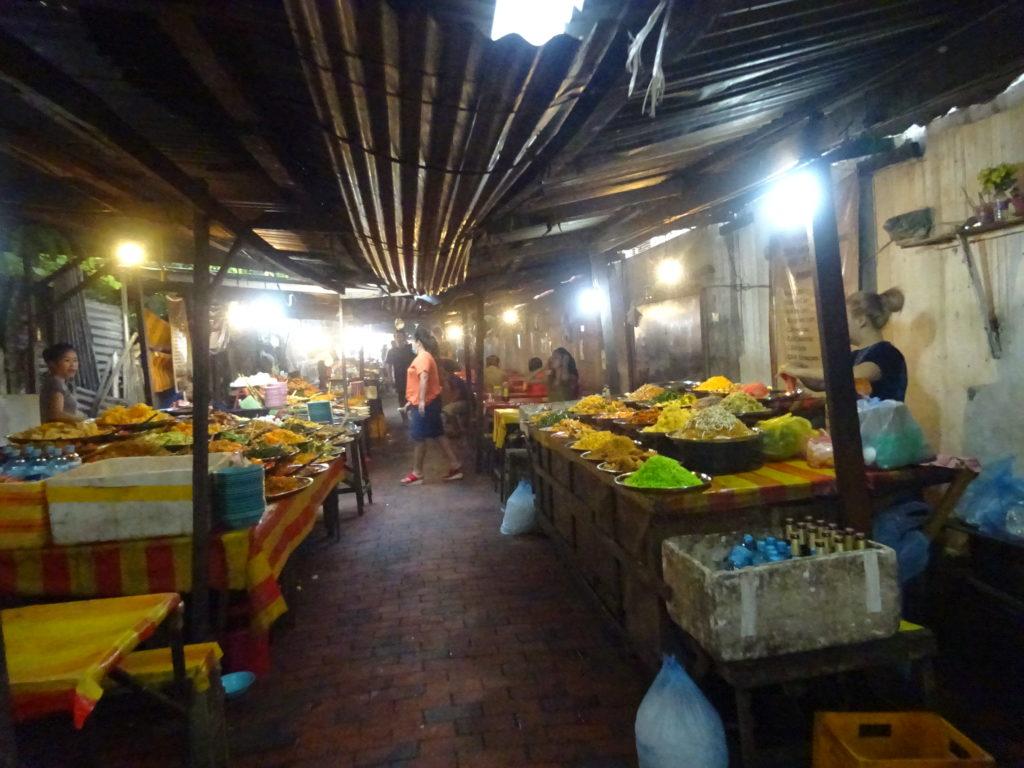 ルアンパバーンの「ナイトマーケット」のおかず盛り放題の様子