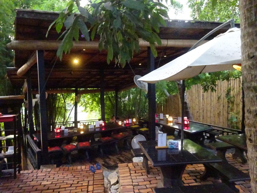 ルアンパバーンのおしゃれレストランの内部