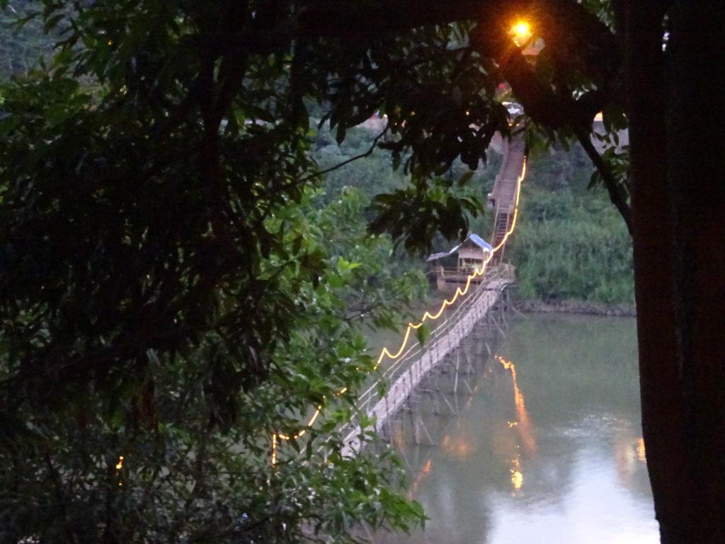 ルアンパバーンおしゃれレストランに続く橋の様子