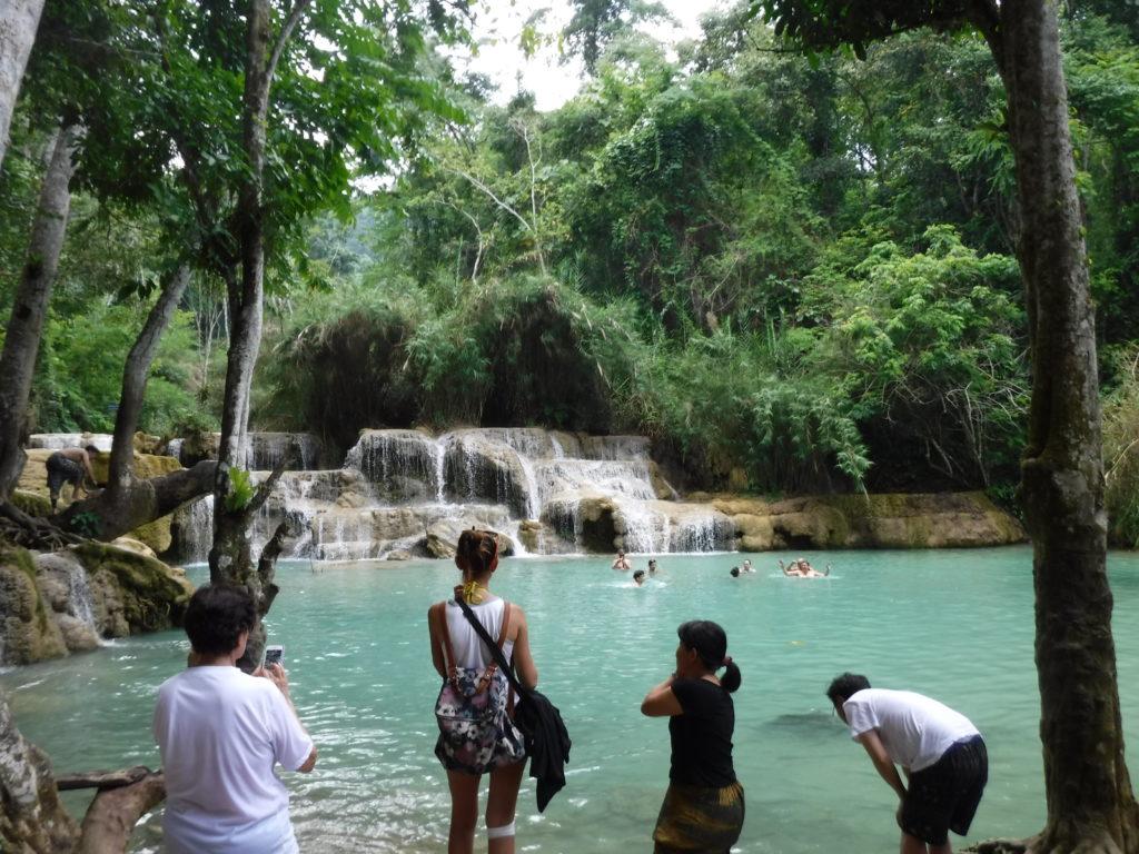ラオス・ルアンパバーン「クアンシーの滝」泳いでる人