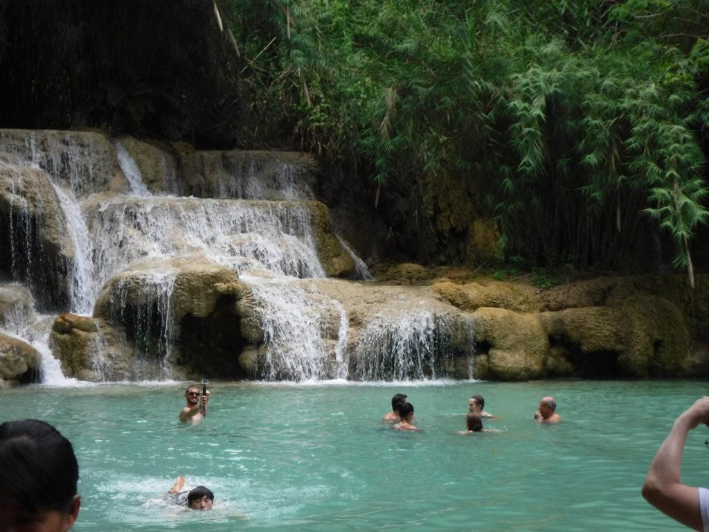 ラオス・ルアンパバーン「クアンシーの滝」滝で泳ぐ人