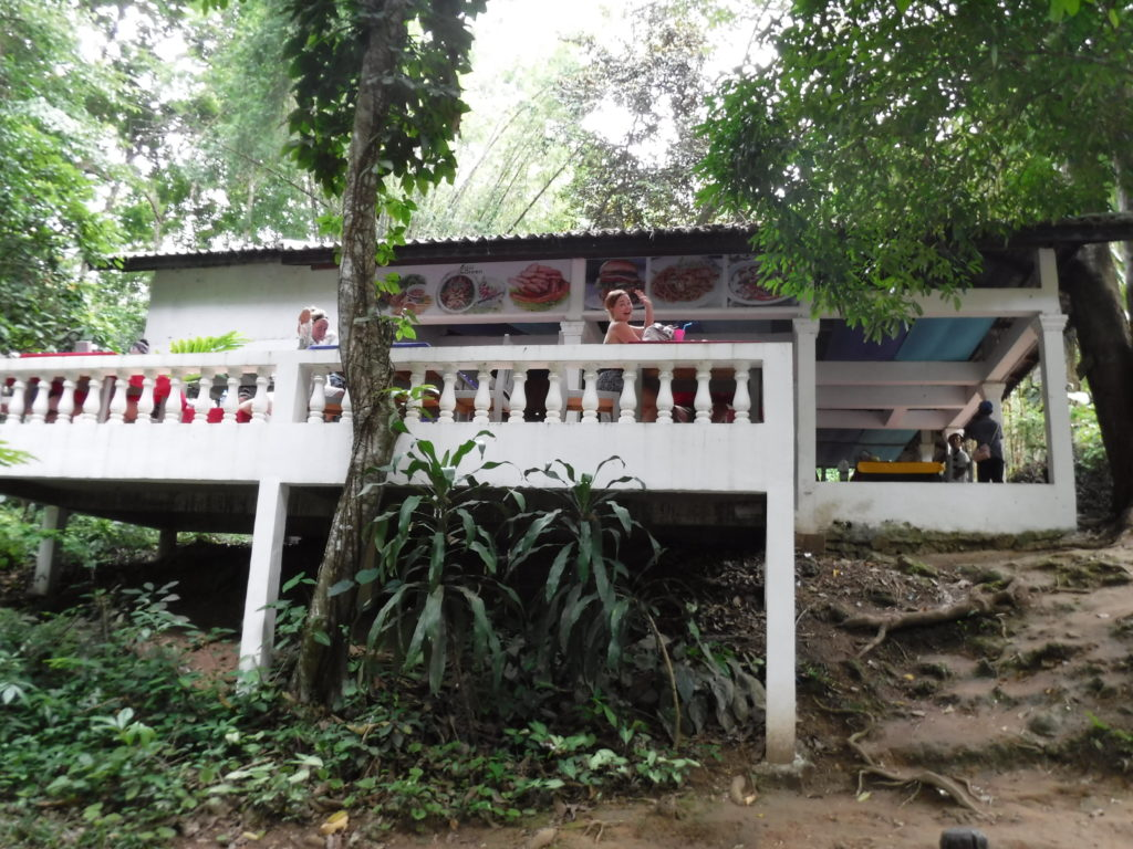 ラオス・ルアンパバーン「クアンシーの滝」のレストラン