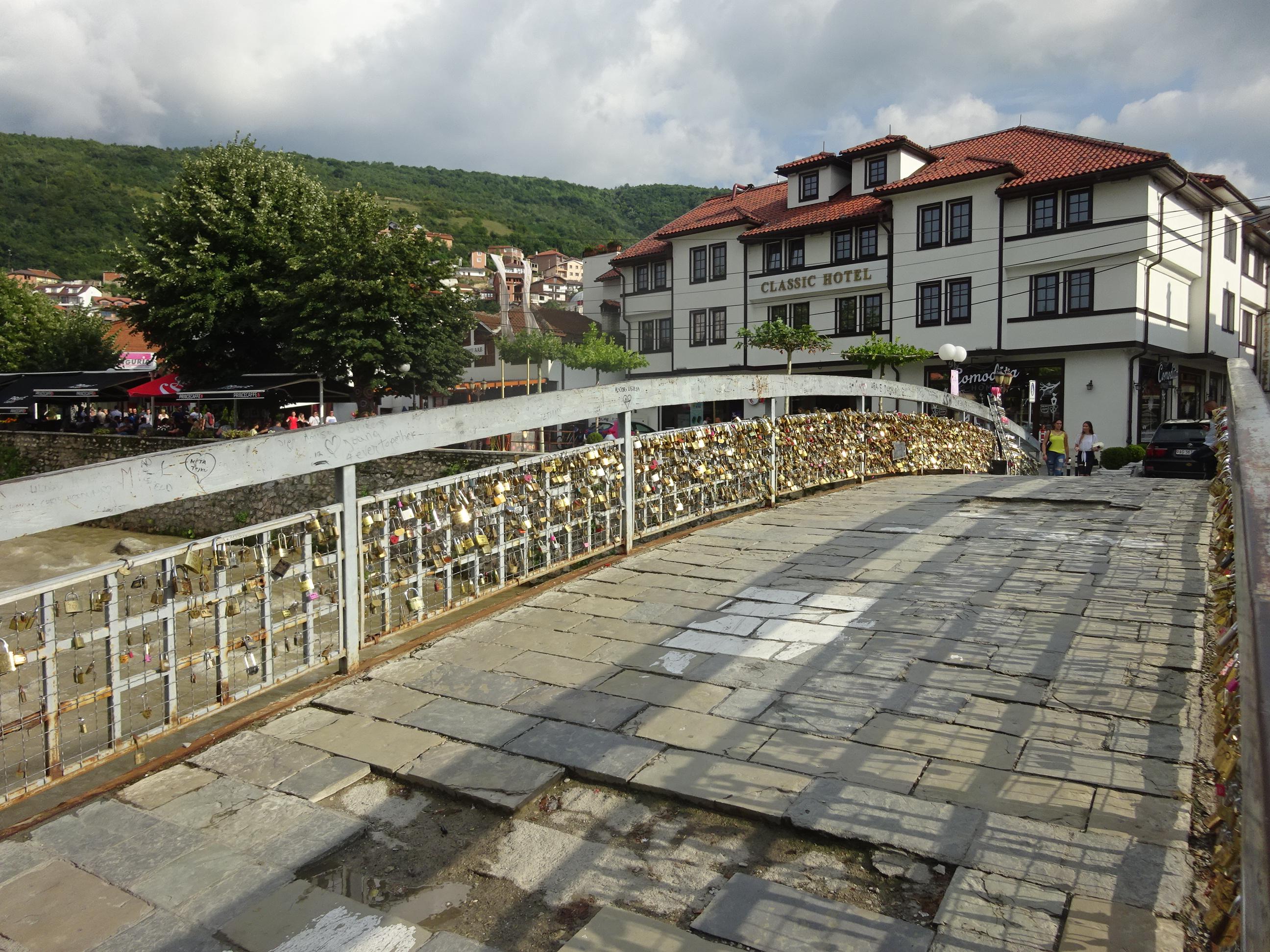 プリズレンを観光♪女子ウケ抜群の街の橋につける南京錠