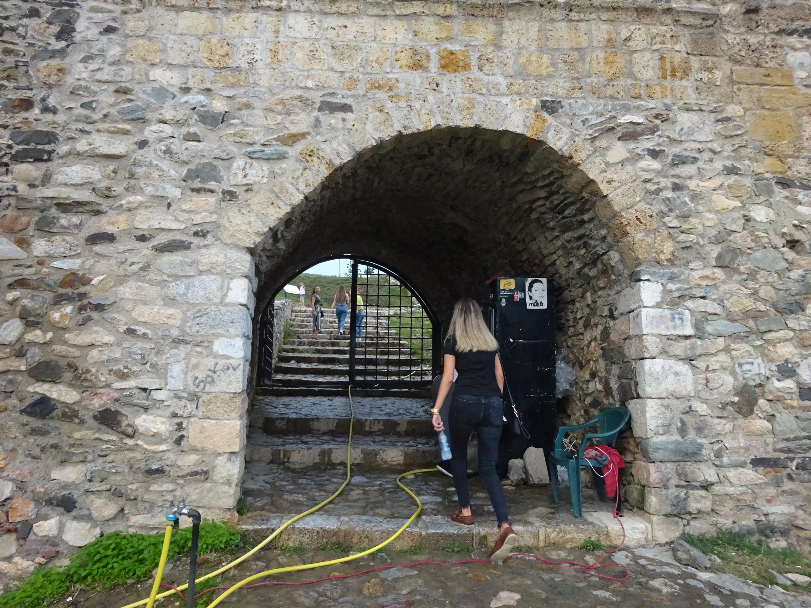 プリズレンの観光「プリズレン要塞」の出入り口