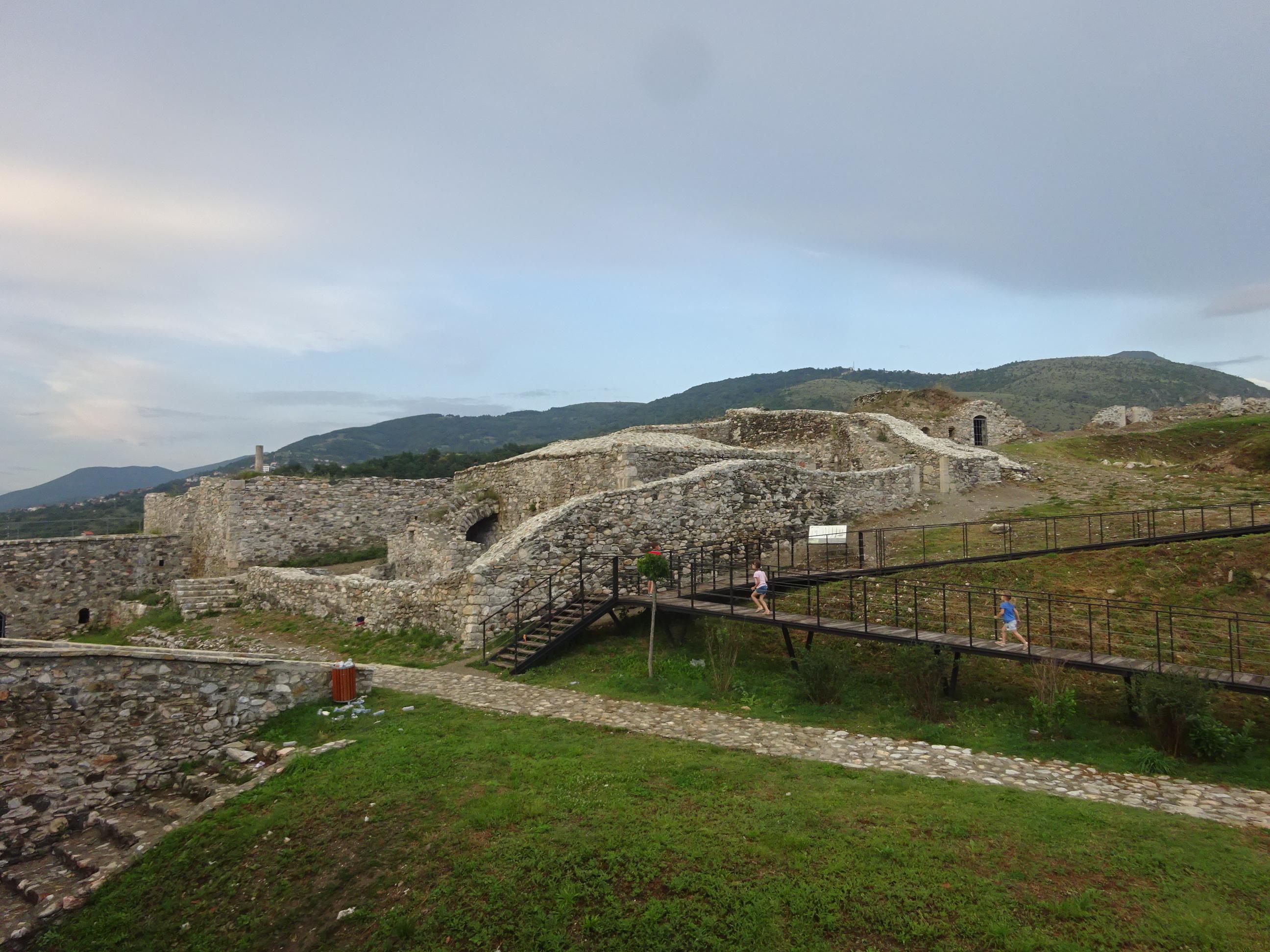 プリズレンの観光「プリズレン要塞」は敷地が広い