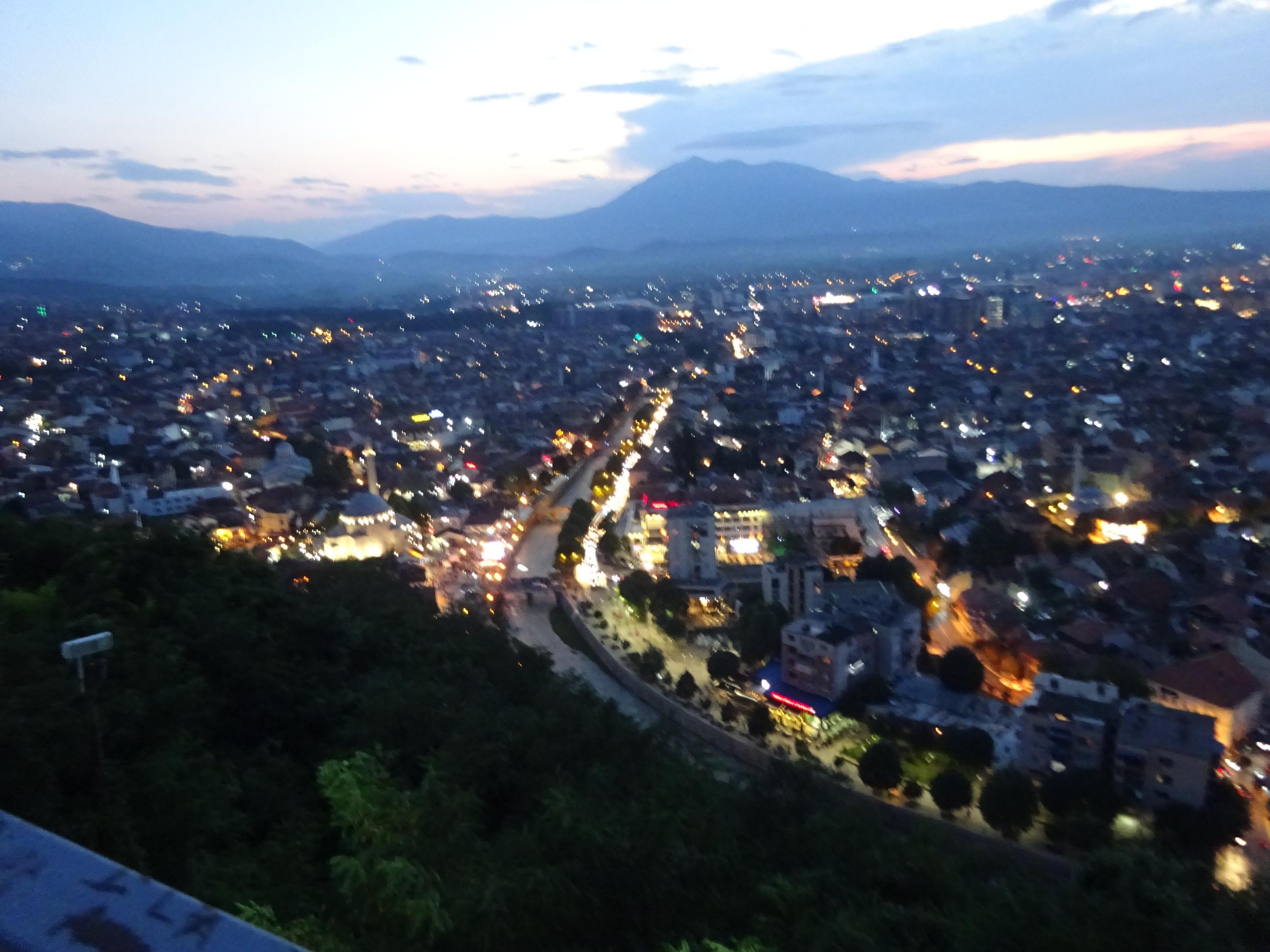 プリズレンの観光「プリズレン要塞」からの夜景