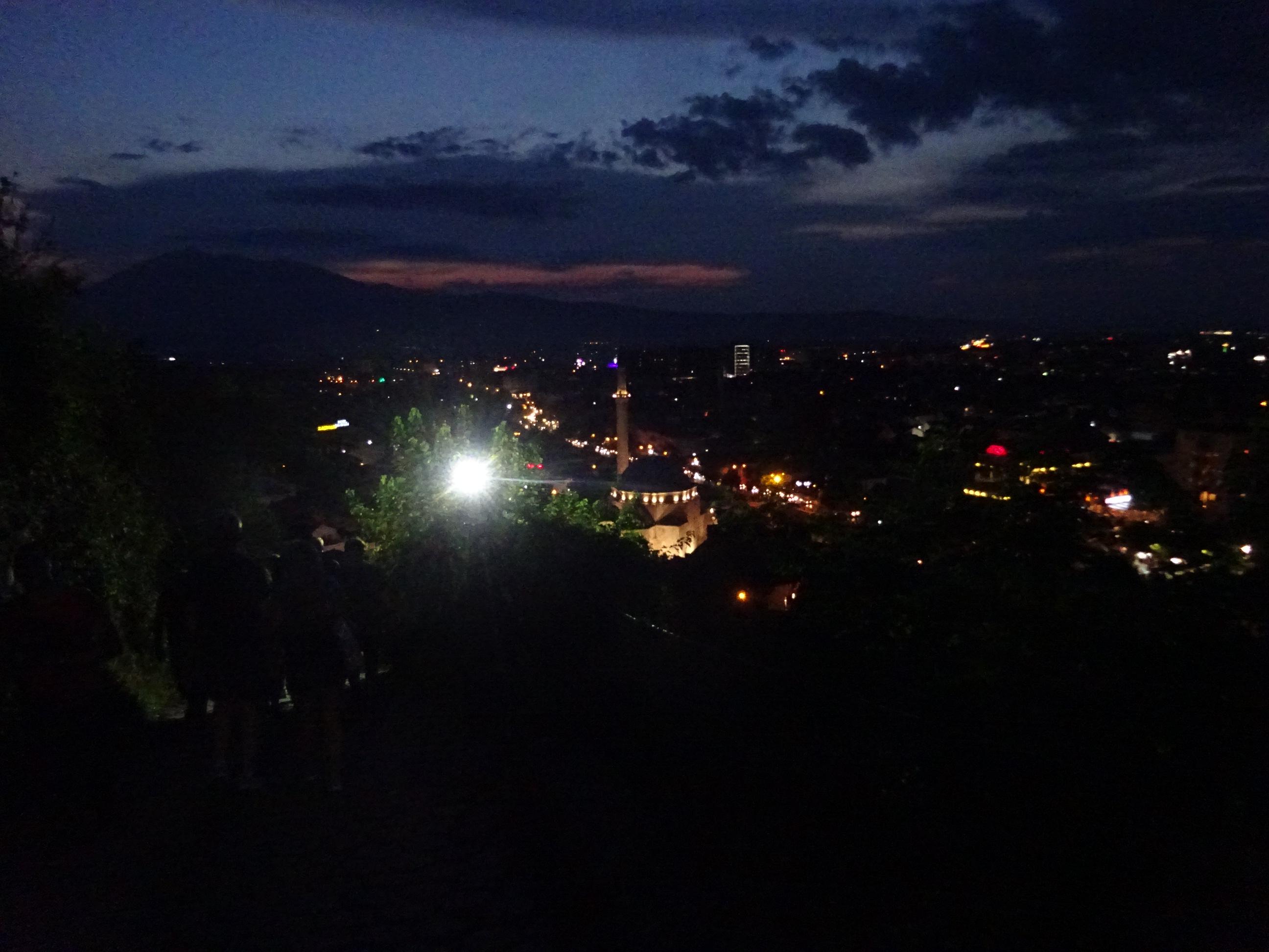 プリズレンの観光「プリズレン要塞」からの夜のプリズレン