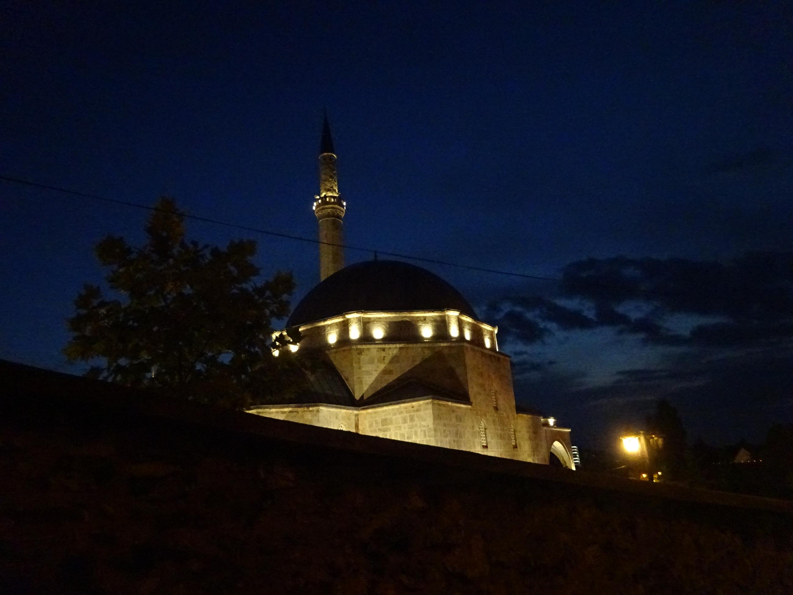 プリズレンの観光「夜のライトアップされたモスク」