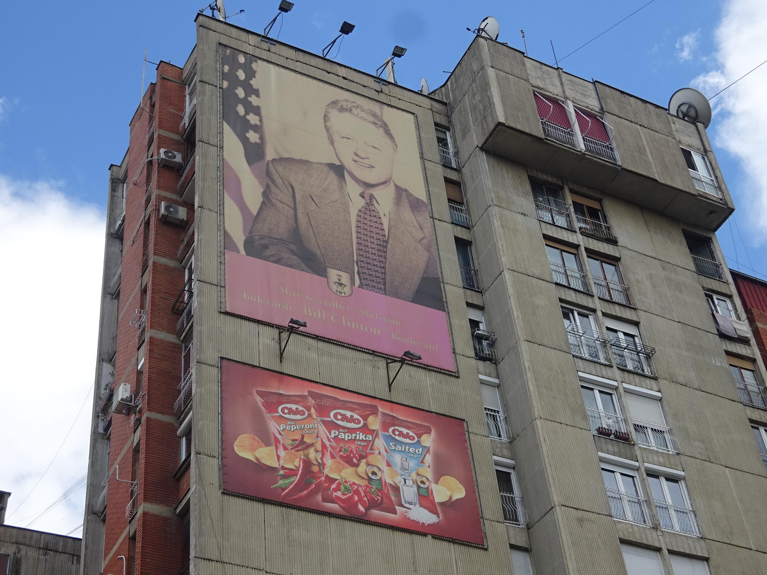 コソボの首都プリシュティナ観光スポット・クリントンの壁画