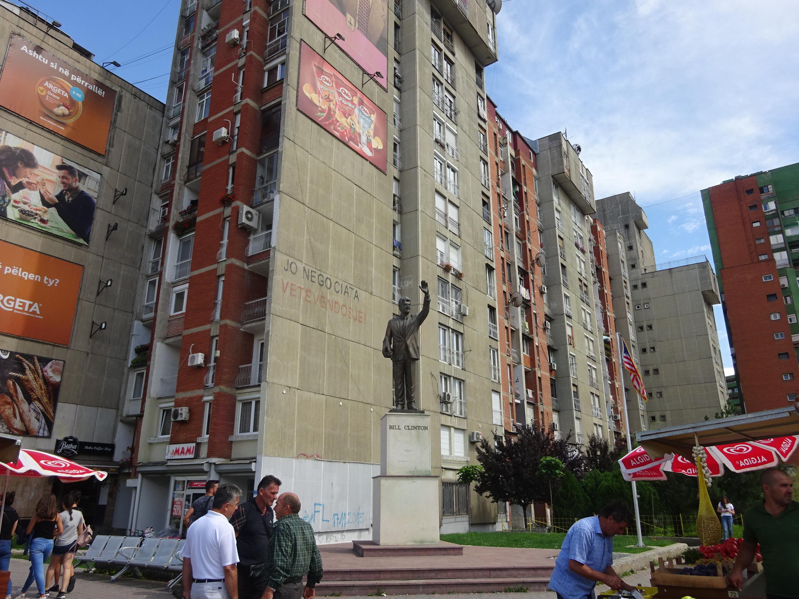 クリントン像に対するコソボのプリシュティ市民の反応