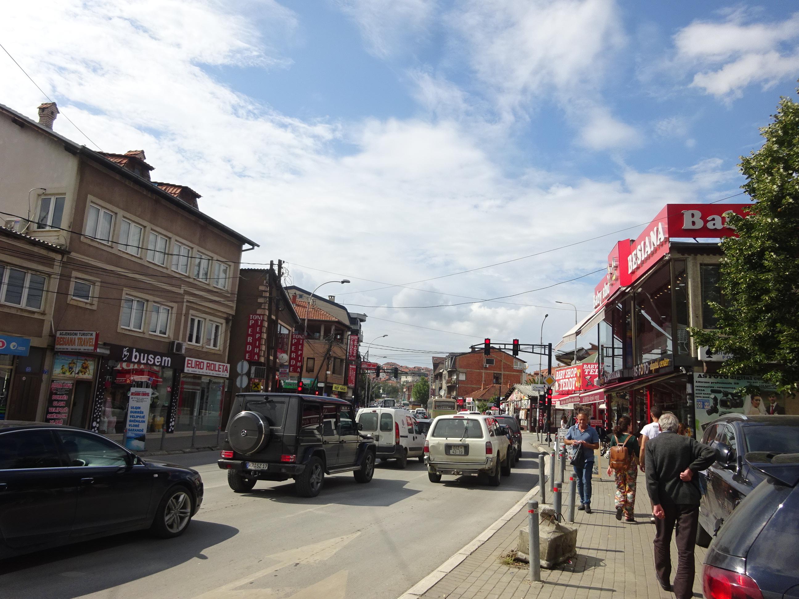 コソボの首都プリシュティナの大通り