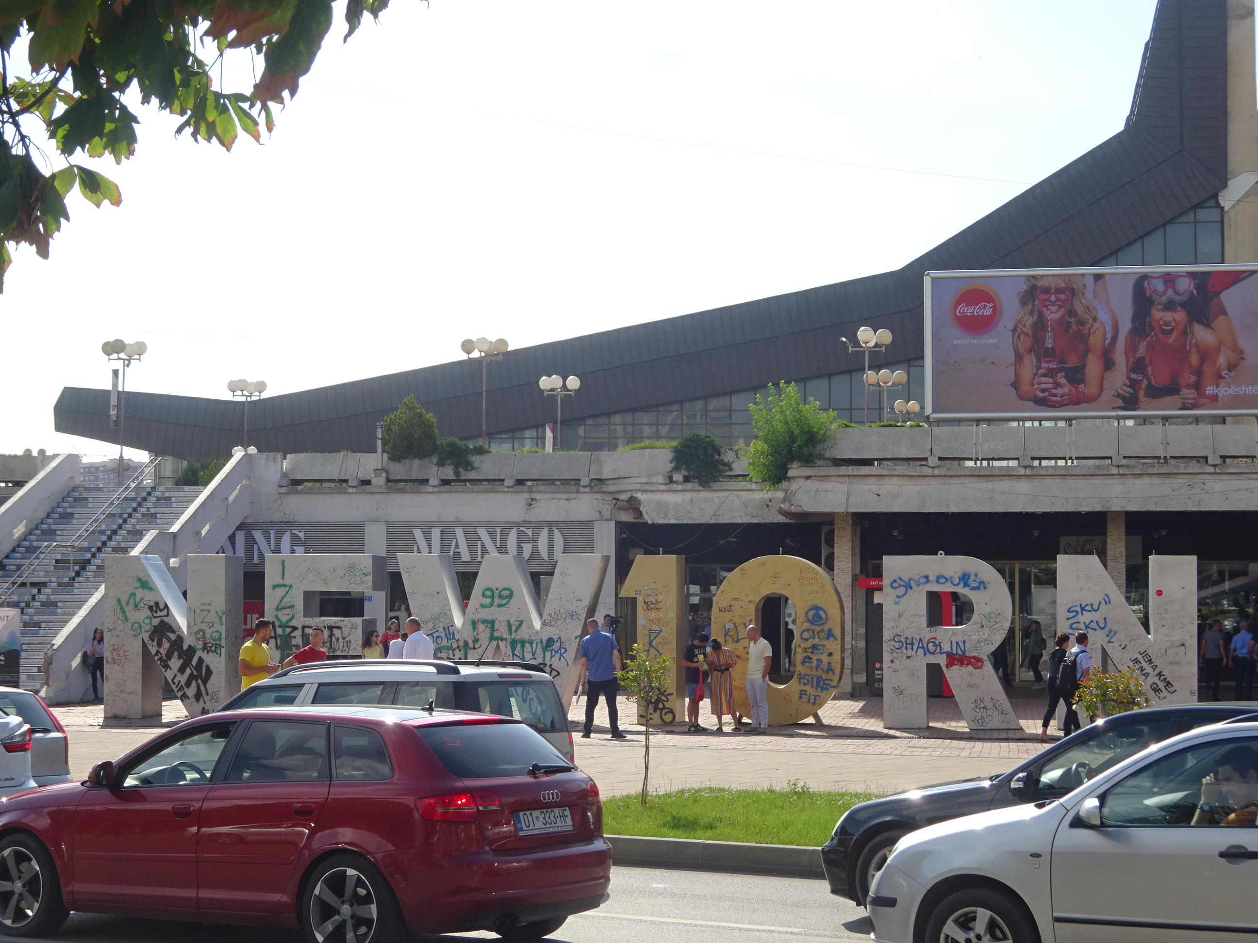 コソボの首都プリシュティナ観光スポット「ニューボーン」モニュメント