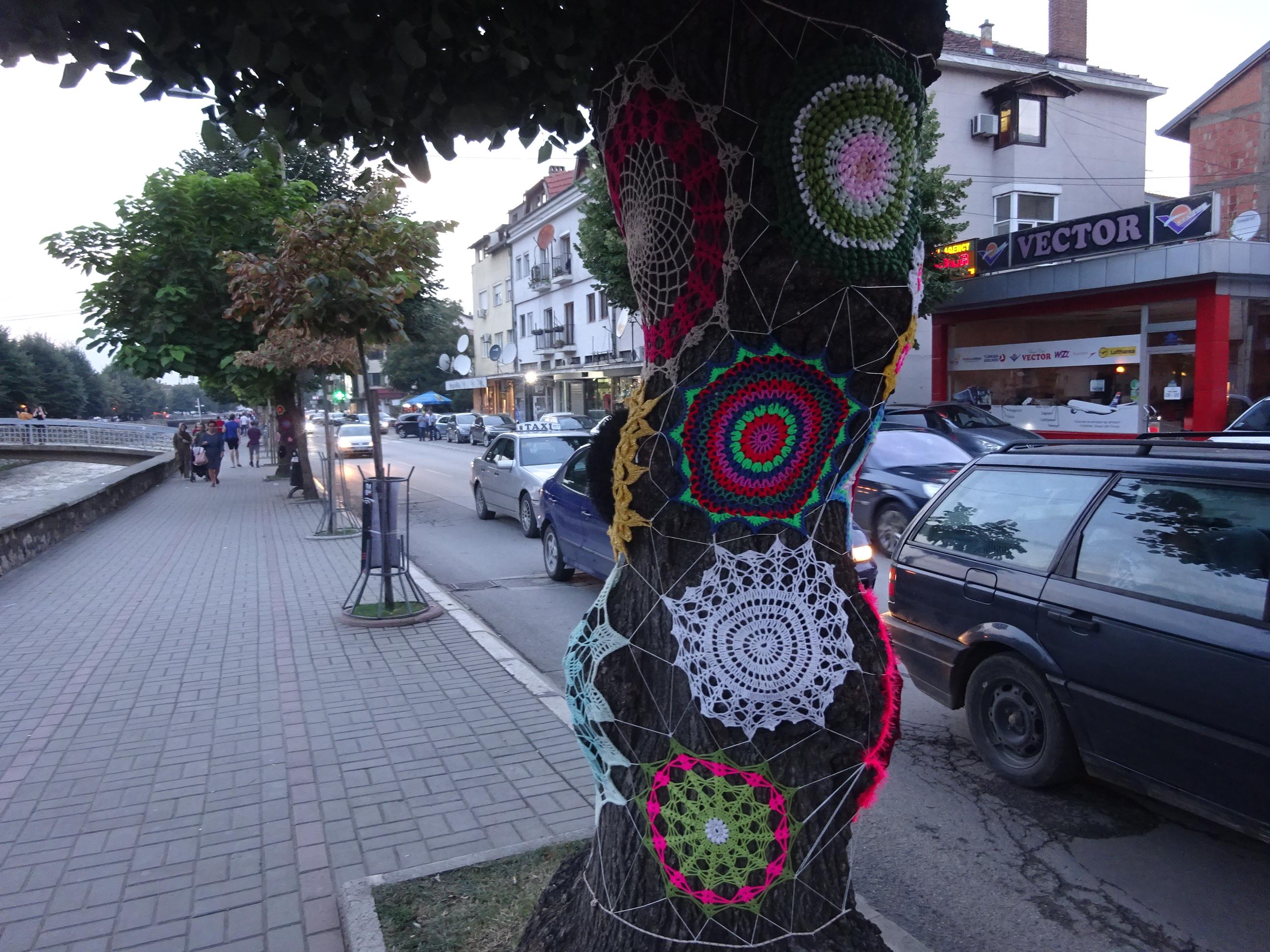 プリズレンの観光「街路樹に手編みの飾りがついている」