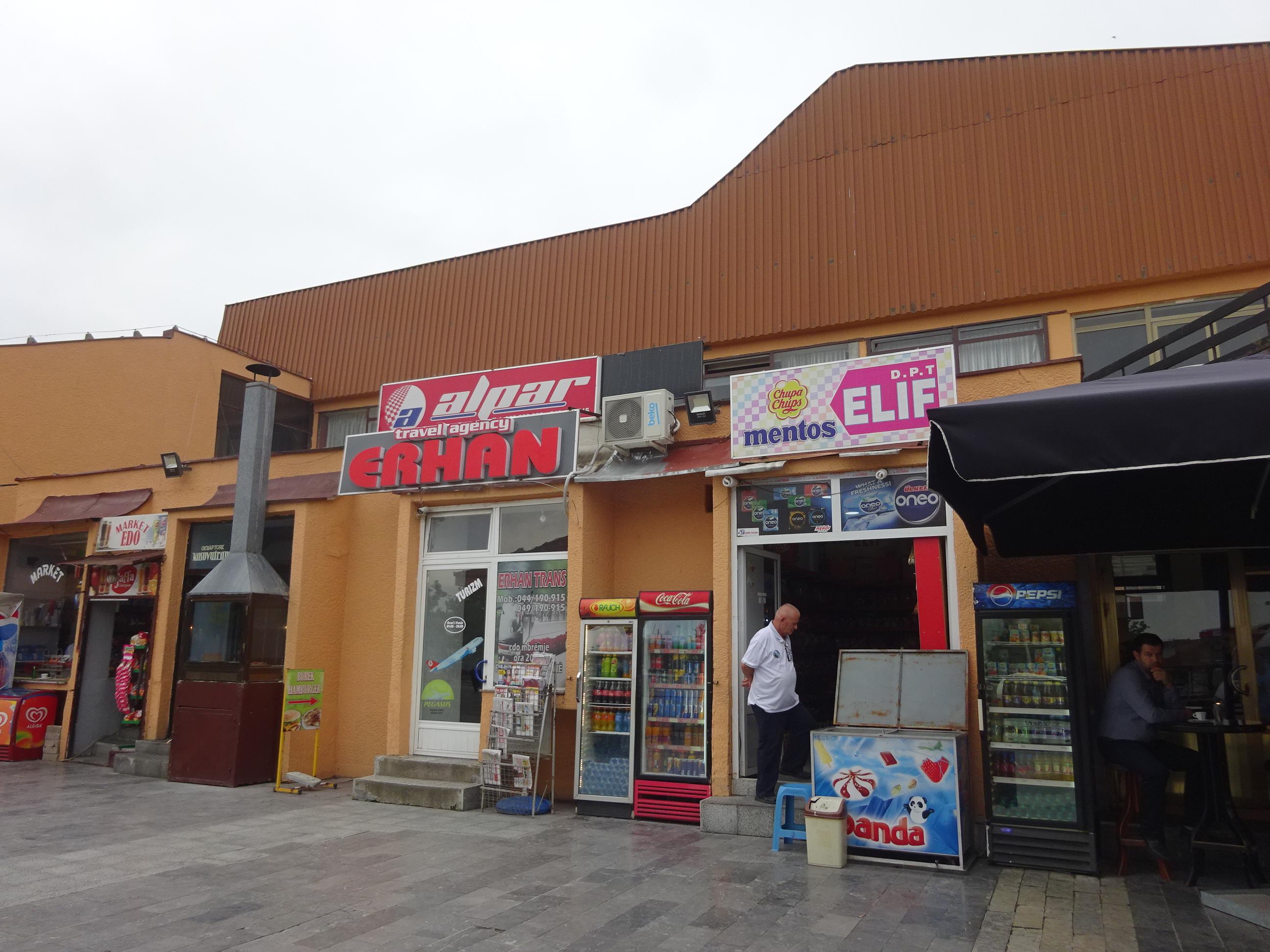 プリズレンからポドゴリツァ行きのバス乗り場ちかくにある売店