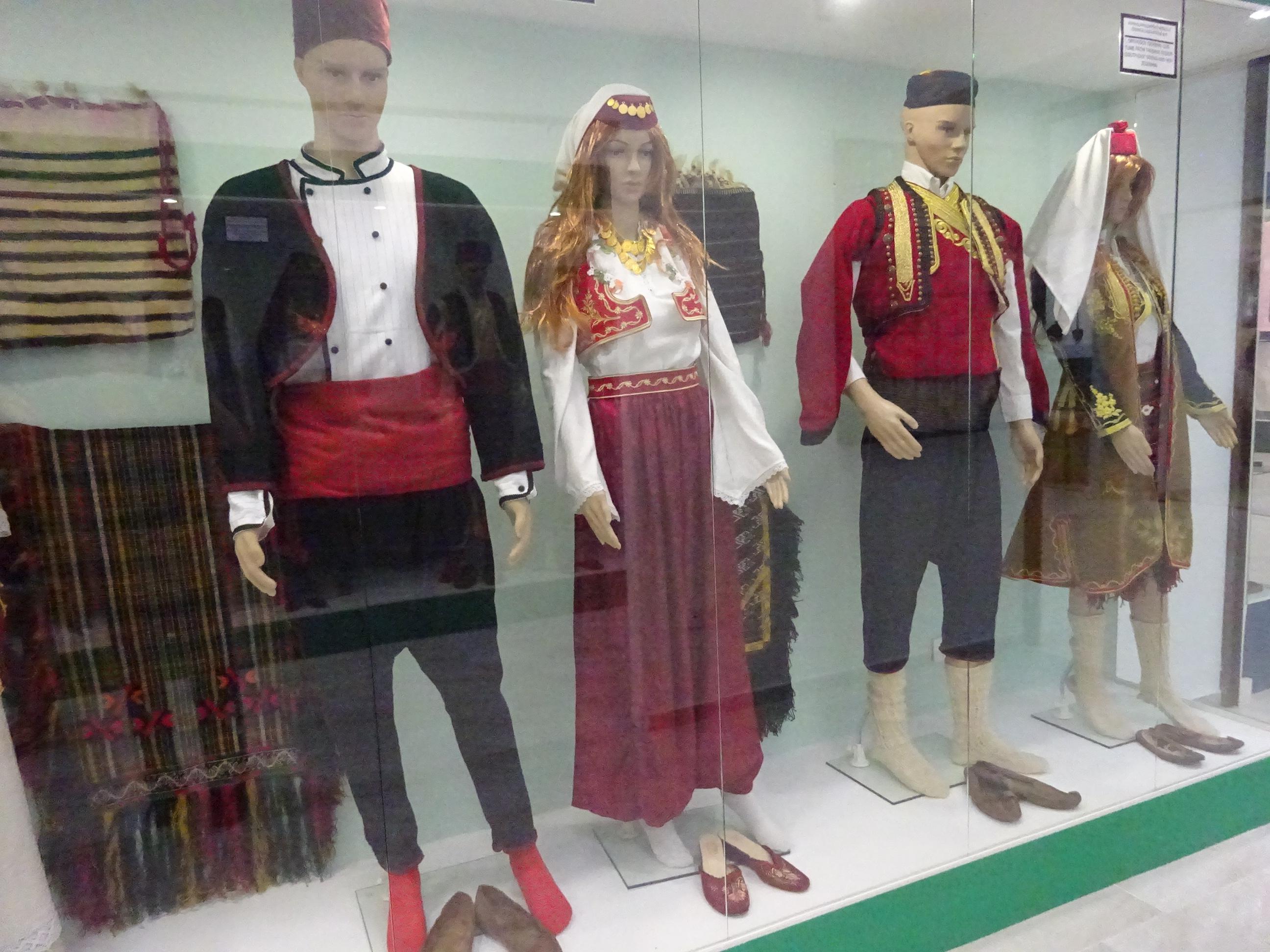 モスタルの博物館「BosnaSeum」ボスニアの民族衣装の展示品